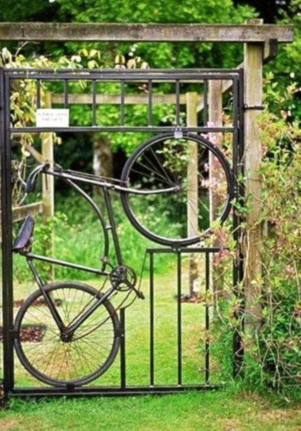 kreative gartenturen aus metall in form von einem fahrrad