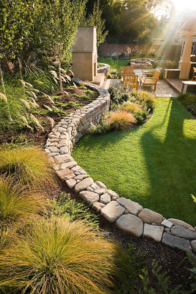 gartenturen als barriere zwischen gemüse-und blumengarten