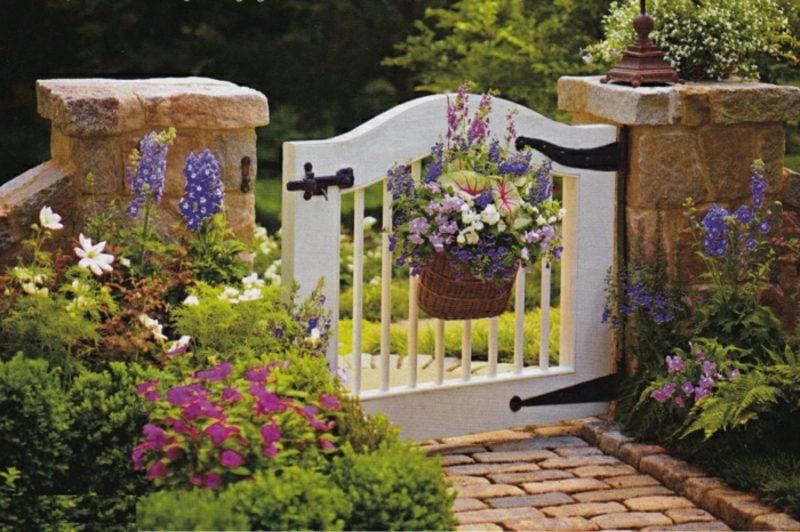 gartentor holz weiß dekoriert garten gestalten pflanzen