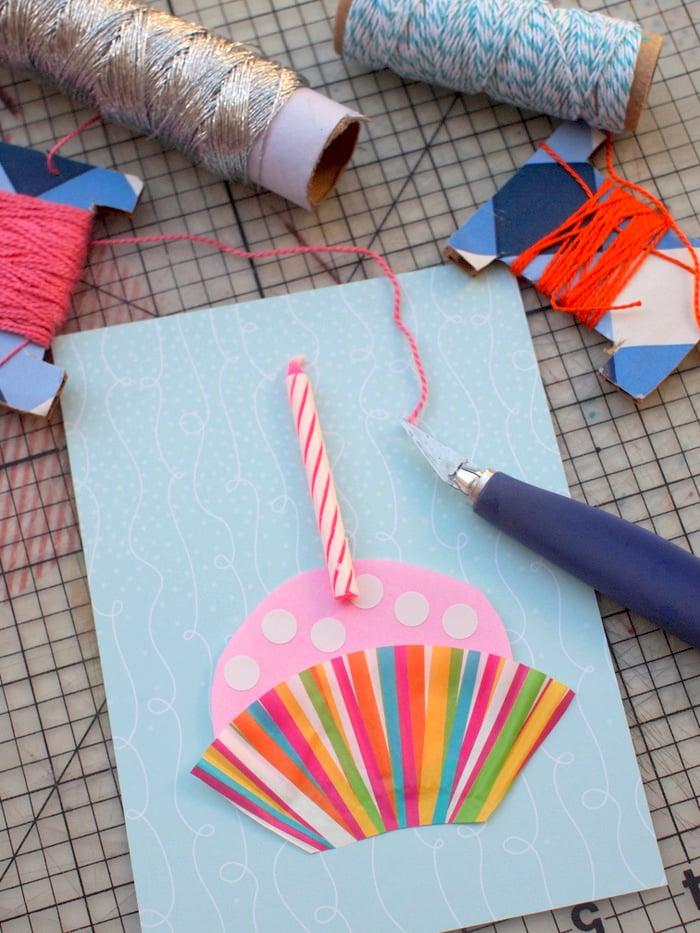 geburtstagskarten selbst gestalten auf blauem karton mit einer kerze geklebt