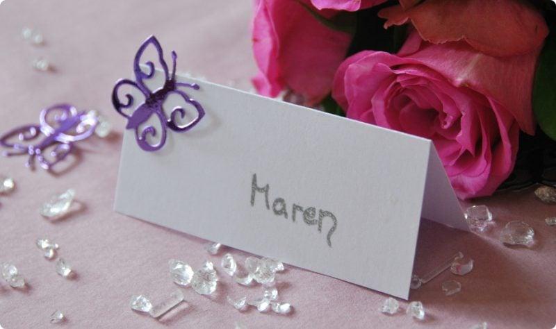 hochzeitskarten basteln weiße tischkarte mit lila schmetterling