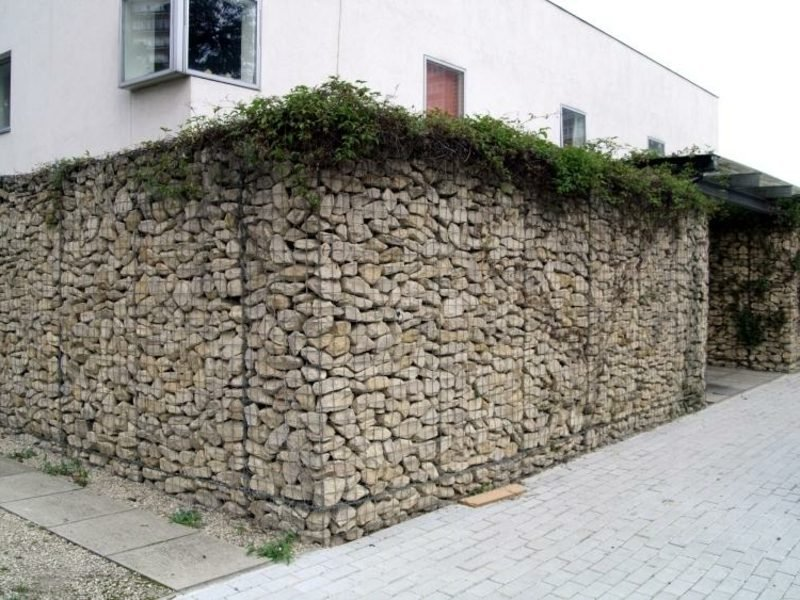 hohe Gabionenwand aus Stein originelle Gestaltungsideen