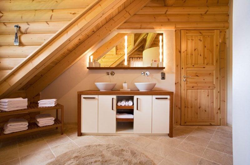 holz waschtischplatte in natürlich-moderner badezimmereinrichtung im echten Holz-Blockhaus