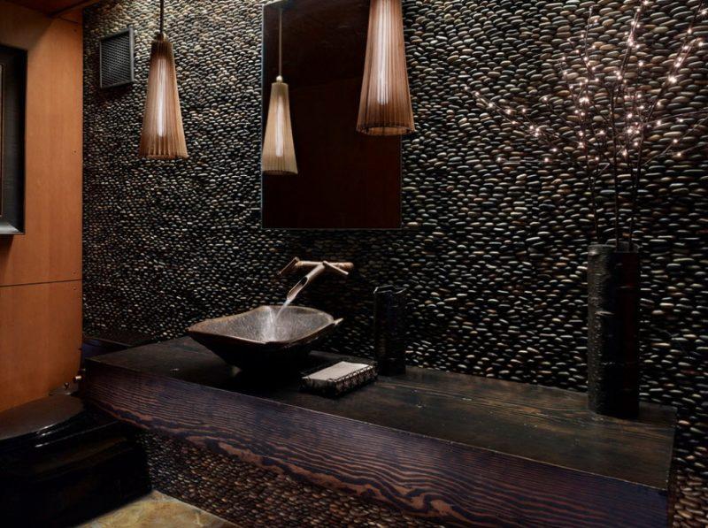 holz waschtischplatte sieht auch im dunklen rustikalen badezimmer stilvoll und modern aus