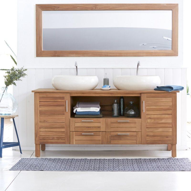 holz waschtischplatte in hellem badezimmer mit schlichten dekoornamenten