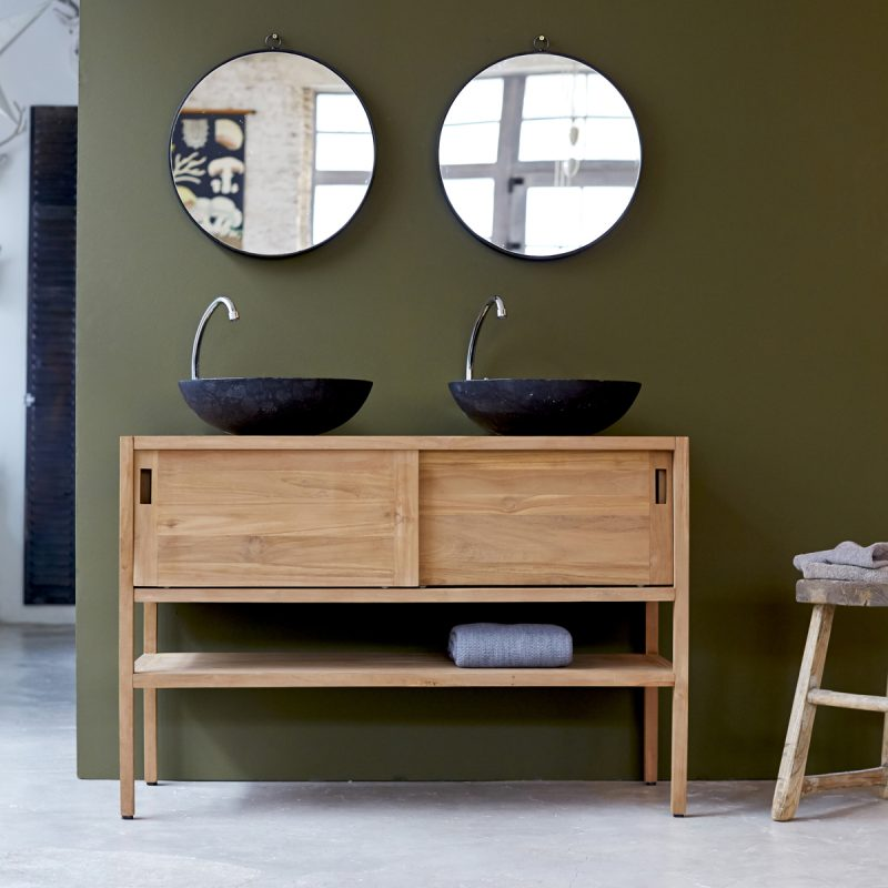 holz waschtischplatte in kombination mit extravaganten spiegeln schafft einen ausgefallenen effekt