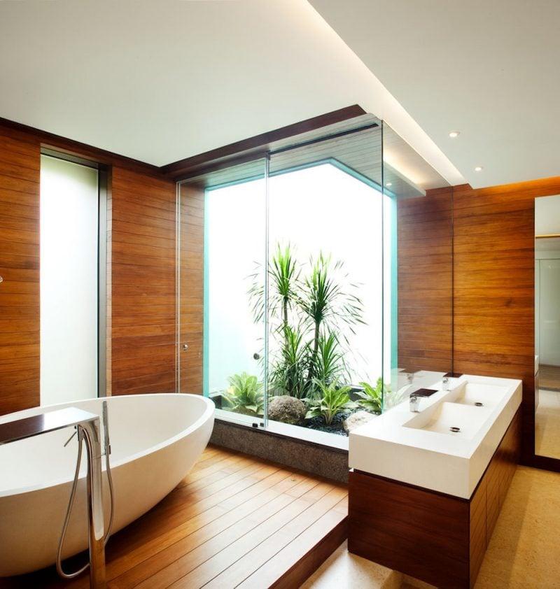 holz waschtischplatte im holz badezimmer mit zimmerpalmen
