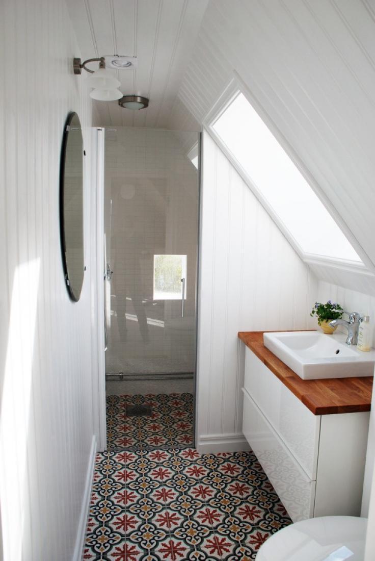 holz waschtischplatte in einem kleinen weißen bad verleiht wunderschönen Akzent