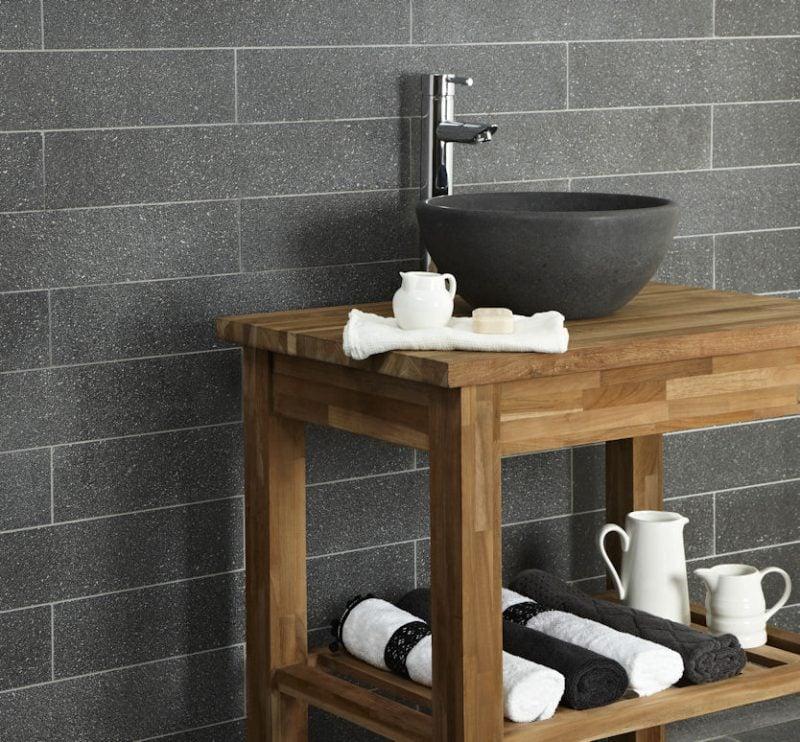 holz waschtischplatte in kombination mit schwarzem steinwaschbecken