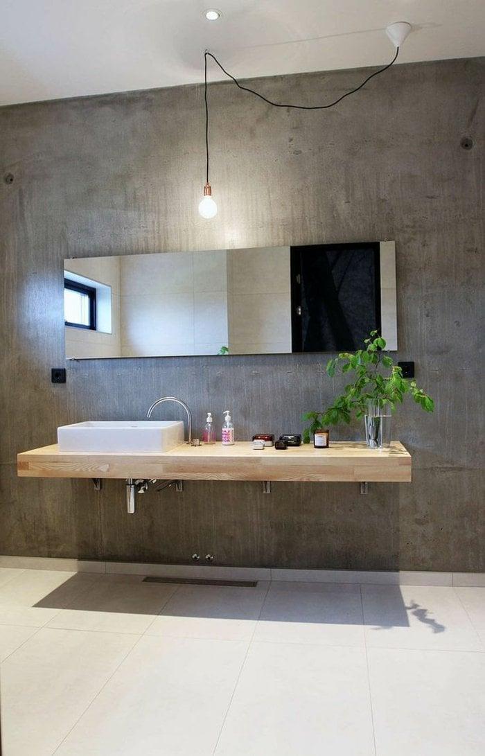 beständige holz waschtischplatte beständig mit blumendekoration im bad