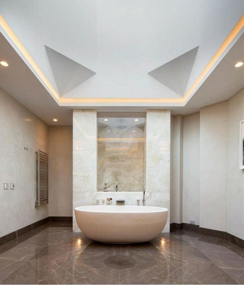 Bad mit indirekter Deckenbeleuchtung