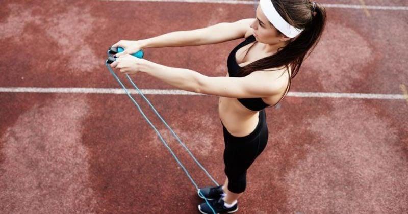 Kalorienverbrauch mit Seilspringen ist möglich mit vielfältigen Ubungen