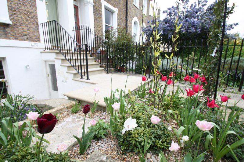 Kisgarten anlegen: Idealer Vorgarten ist mit Kies und Pflanzen
