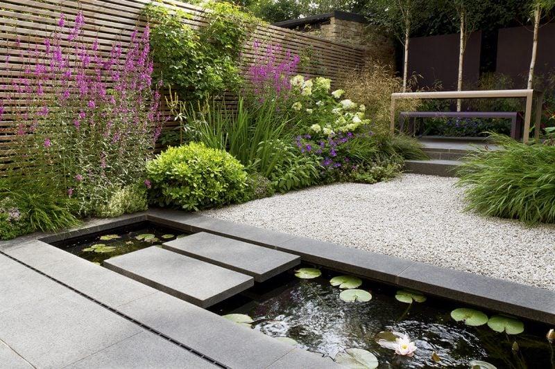 Kisgarten anlegen: Kies kombiniert man hervorragend mit einem Gartenteich