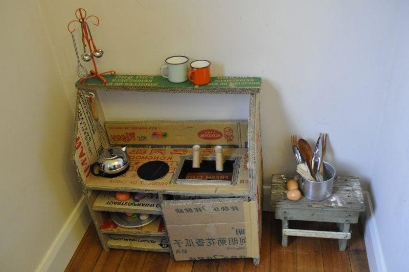 kreative ideen aus karton kinderk che selber bauen anleitung bastelideen diy zenideen. Black Bedroom Furniture Sets. Home Design Ideas