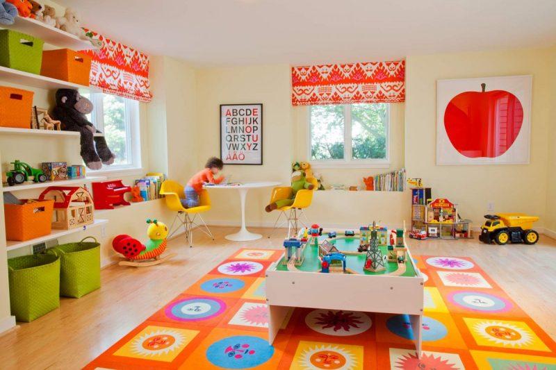 Das bunte Kinderzimmerteppich lässt das Zimmer heller auszusehen