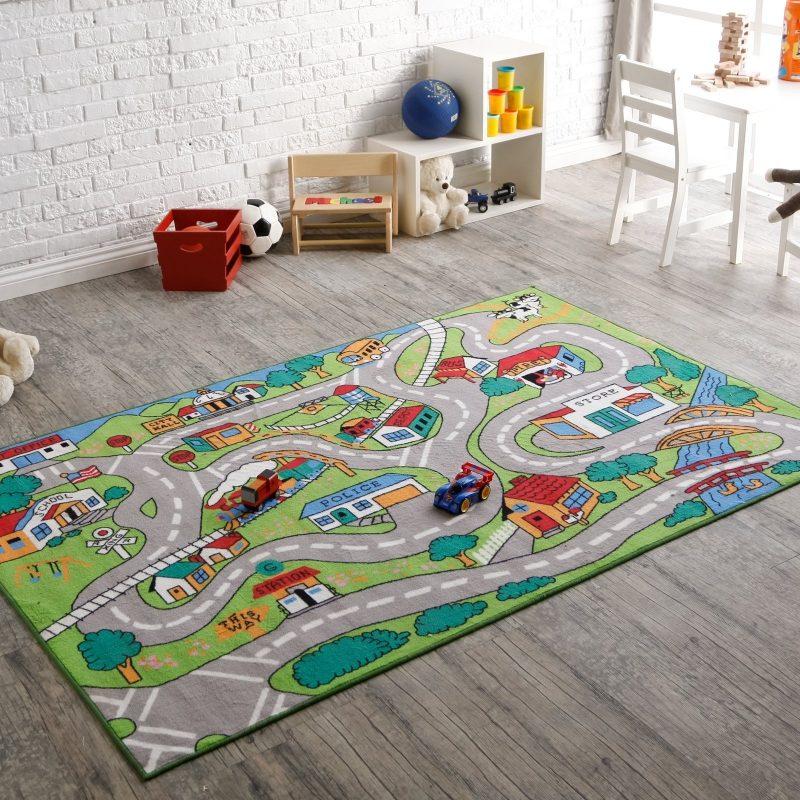 Das Spielen ist interessanter auf dem Kinderzimmerteppich