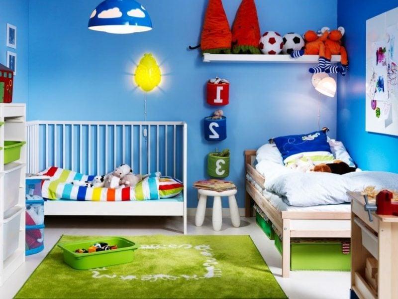 Kinderzimmerteppich und die Wände können in Kontrastfarben sein
