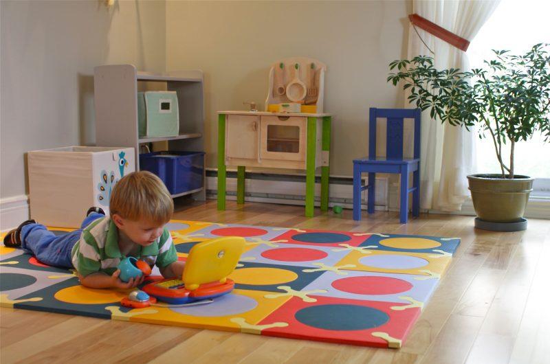 Kinder lieben auf dem Kinderzimmerteppich zu spielen
