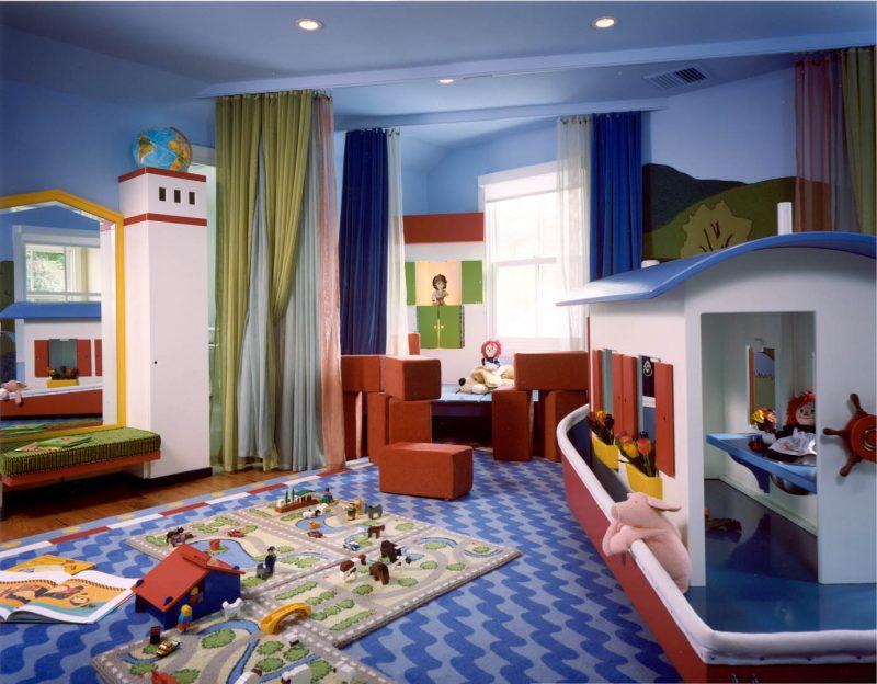 Kinderzimmerteppich für Spielen auf einem großeren Teppich angelegt
