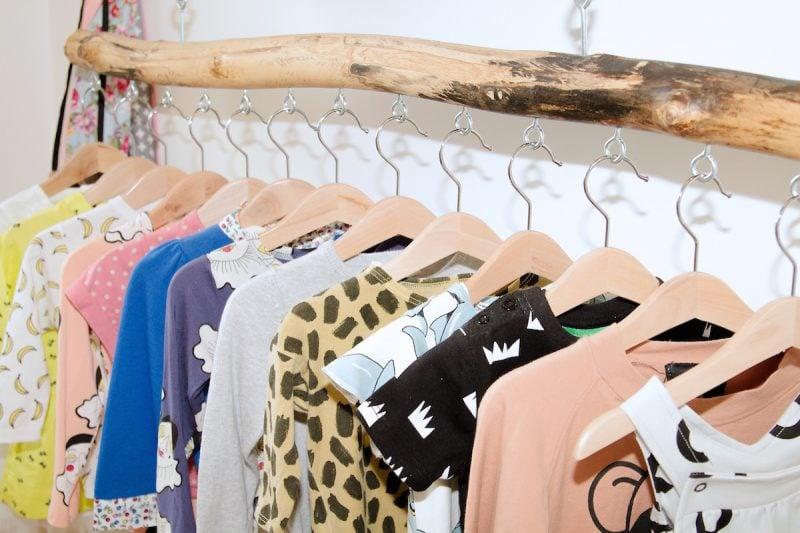 Kleiderstange für die Wand aus Naturholz