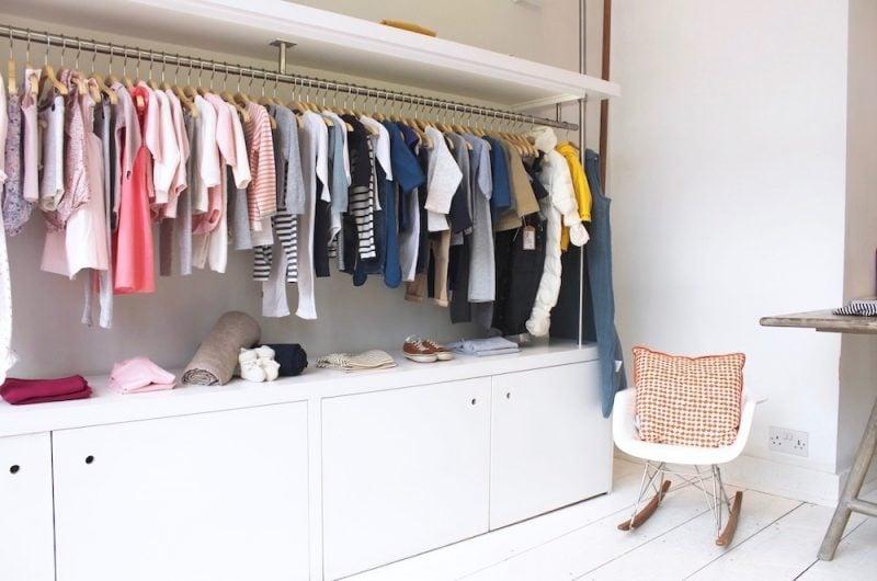 Kleiderstange für die Wand im Schrank integriert