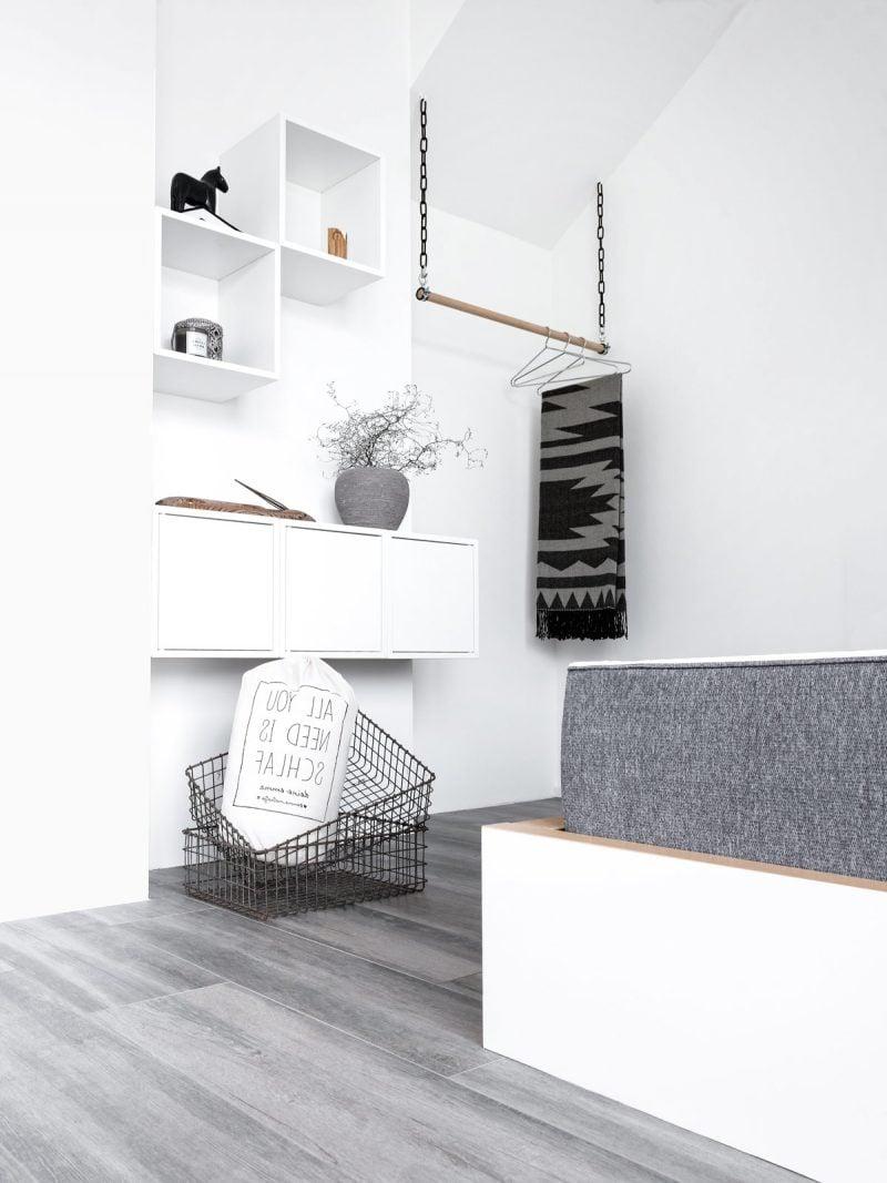 So sehen Kleiderstange für die Wand im elegantes Schlafzimmer-Design