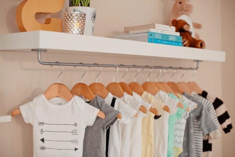 Kleiderstange für die Wand unter dem Schrank