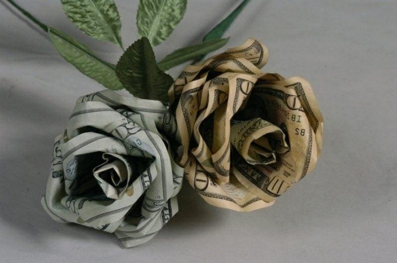 zwei Rosen aus Geldscheinen
