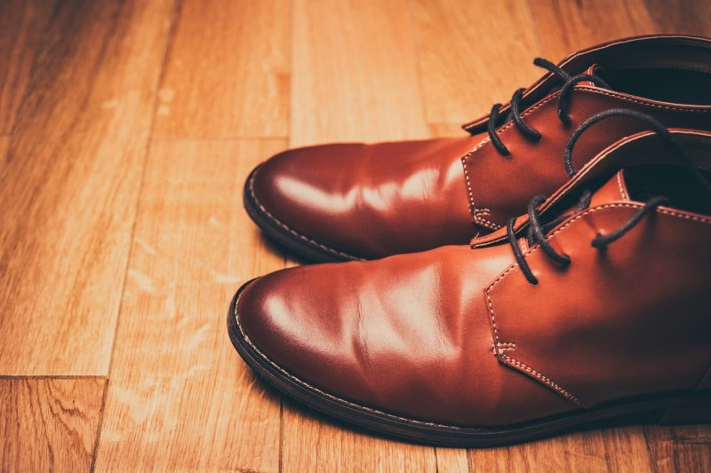 Sie haben absolut neue Schuhe mit Leder färben