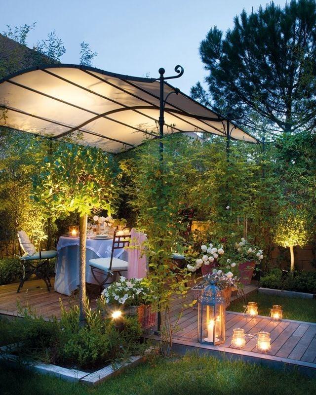 beleuchteter metall pergola am abend schafft ein romantisches ambiente