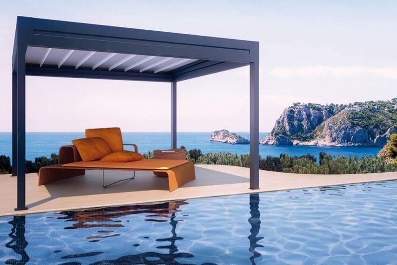 metall pergola in kombination mit einem pool und außerordentlicher ausblick