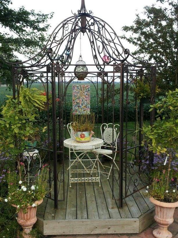 metall pergola mit rustikalen ornamenten dient als eine wohlfühloase