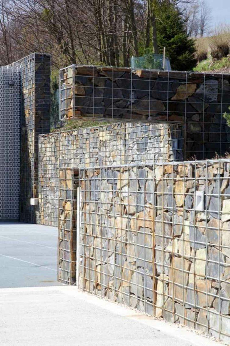 moderne Gabionenwand aus Stein