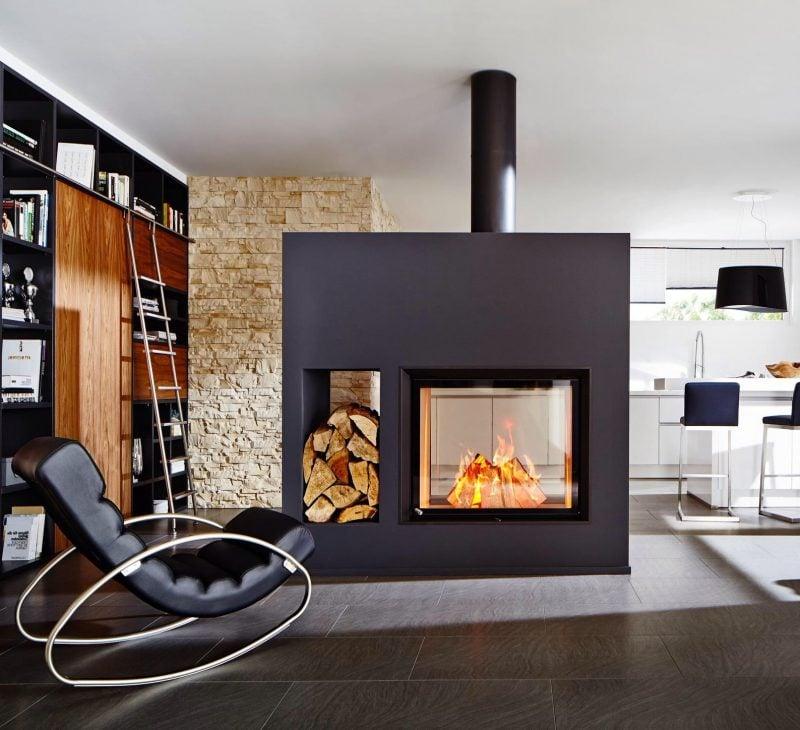 Moderne Kaminöfen haben Platz für die Hölzer