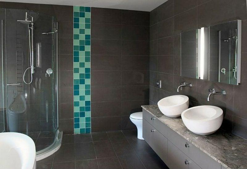 Badezimmer dunkle Farbgestaltung Akzentfliesen gemauerte Dusche