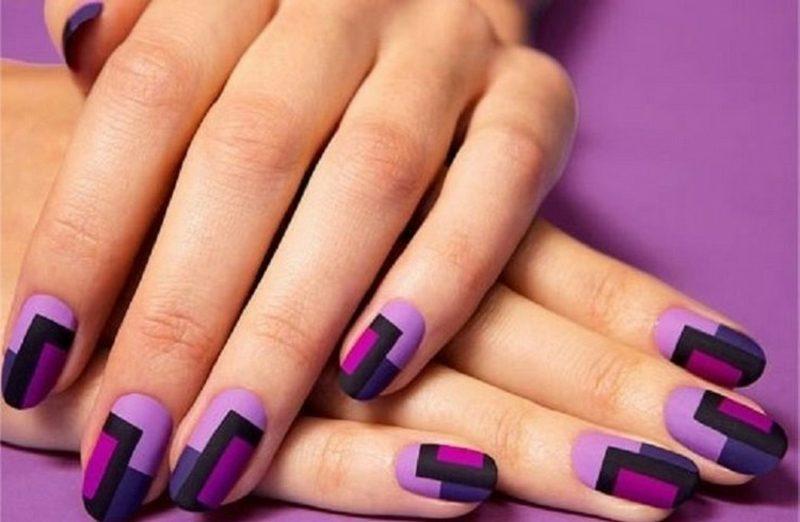 Fingernägel in Lila geometrische Motive