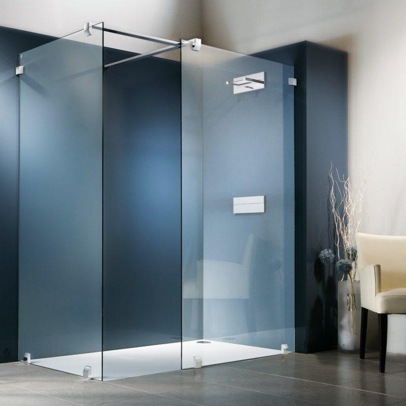 gemauerte Dusche und moderne Glasduschkabine