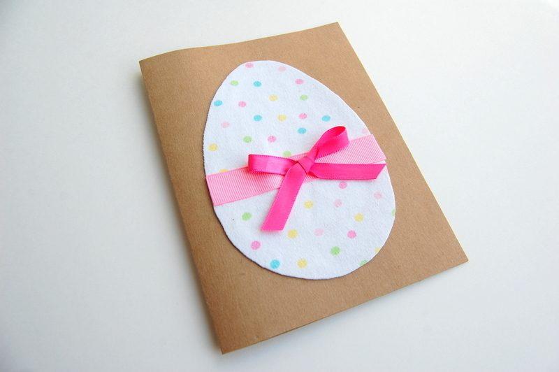 osterkarten auf harten papier mit einem ei auf der vorderseite und rosa bändchen