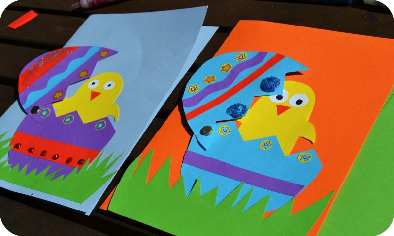 bunte osterkarten mit aufgeklebbten hühner motiven auf der vorderseite
