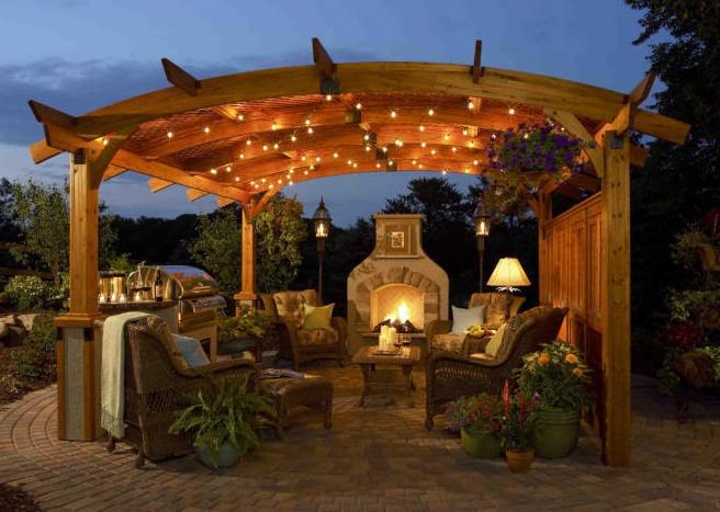 beleuchteten pergola bausatz schafft am abend romantisches ambiente in kombination mit einer gartenkamine