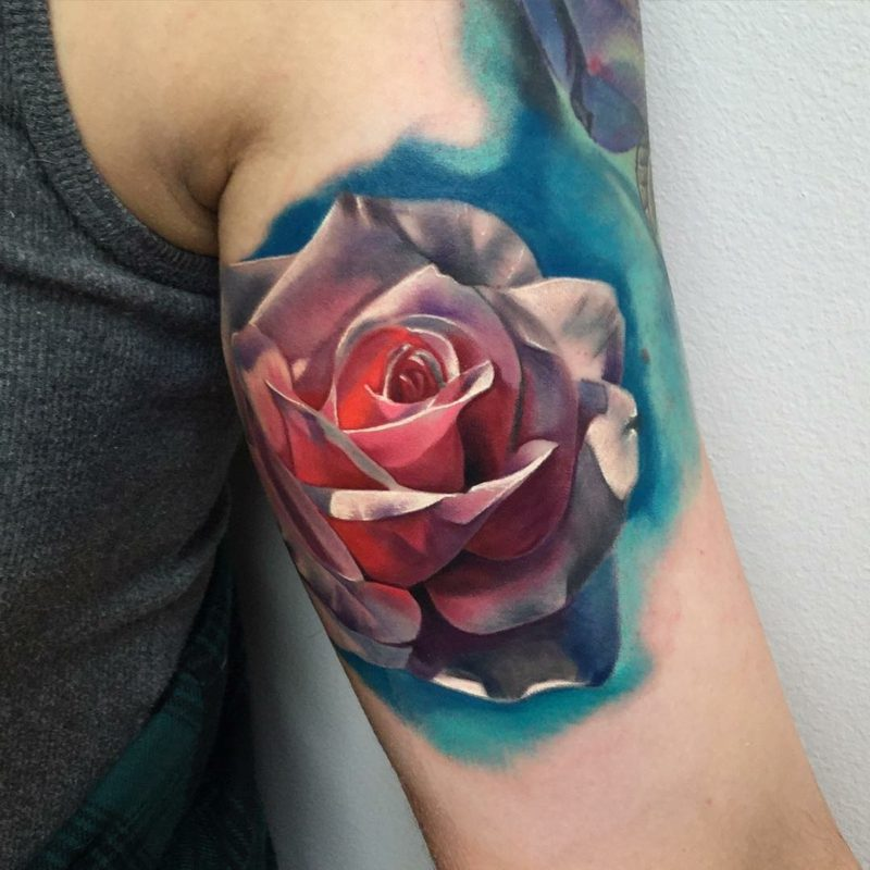 atemberaubendes Tattoo Rose Oberarm