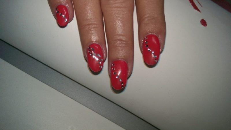 rote Gelnägel Glitzersteine