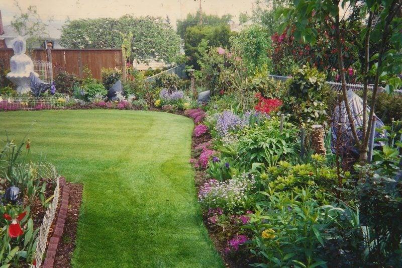 große schone garten mit rasenteppich und üppiger blumenpflanzung