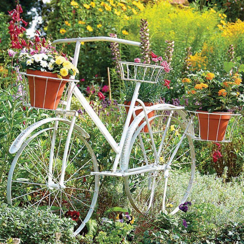 schöne gärten dekoratives fahrrad in weiß