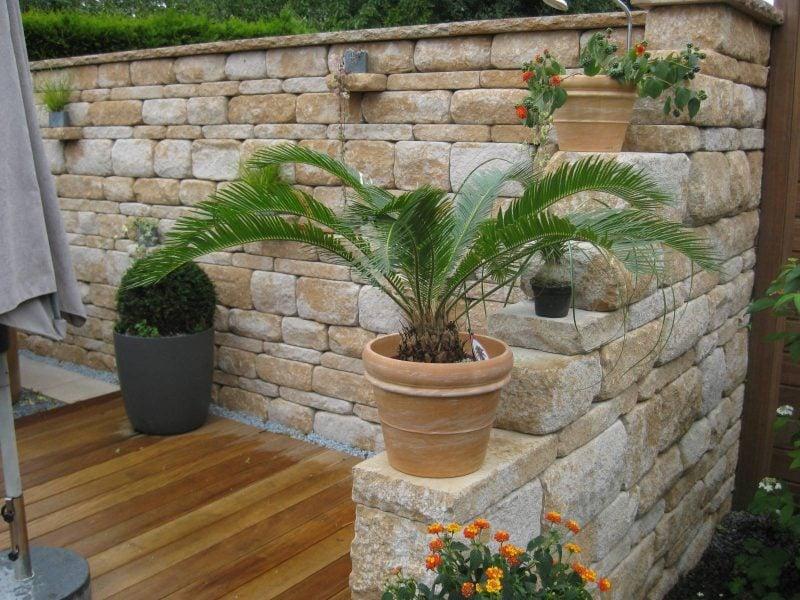 schone garten sollten dekorelemente haben wie beispielsweise eine steinwand mit palme kombiniert