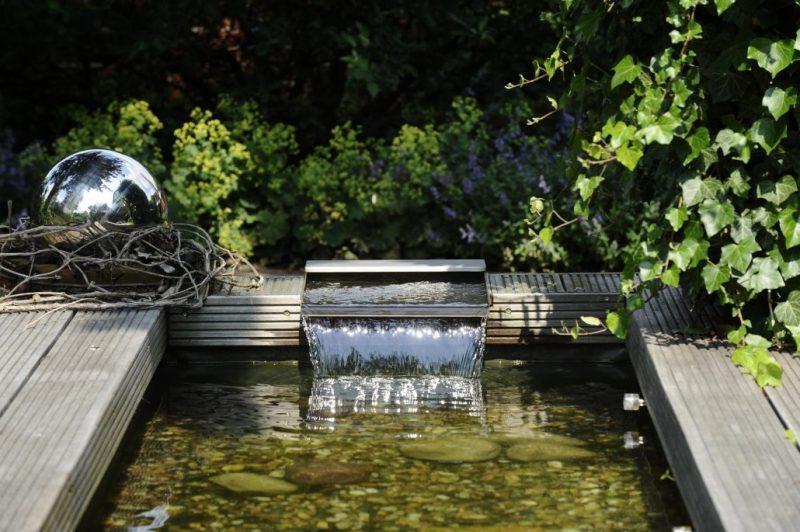 schone garten in modernem schlichtem design mit edelstahl gartenbrunnen