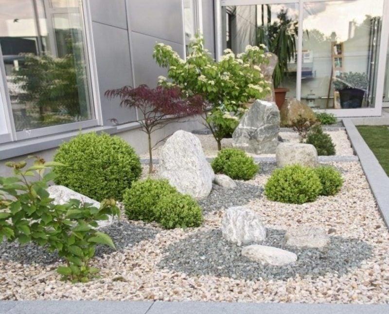 schone garten kiesgestaltung mit dekorativen immergrünen pflanzen