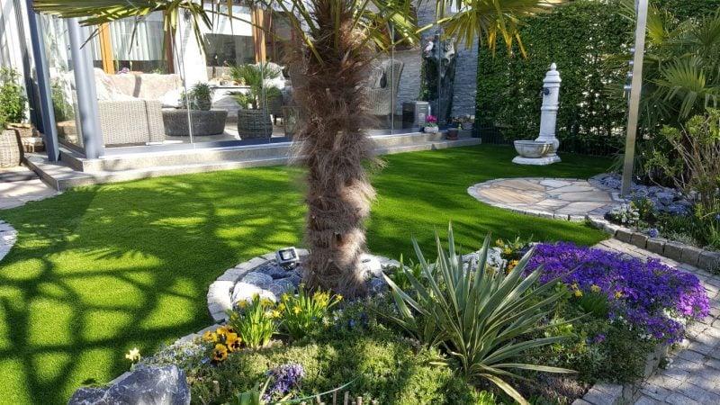 schone garten mit kunstteppich sehen frisch aus in kombination mit üppigen pflanzen