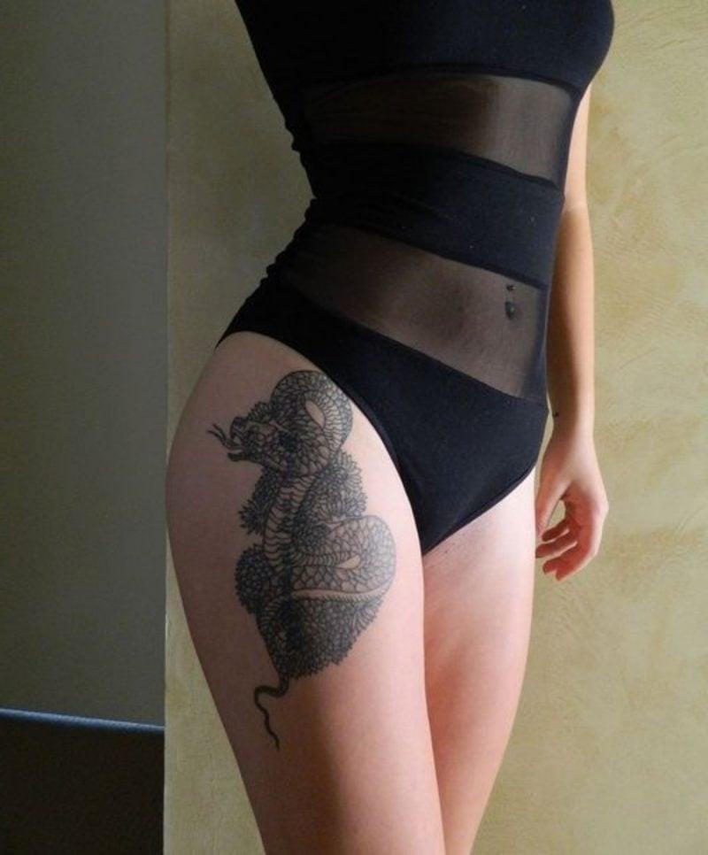 Schlangen Tattoo wird von Frauen provokativ abgebildet